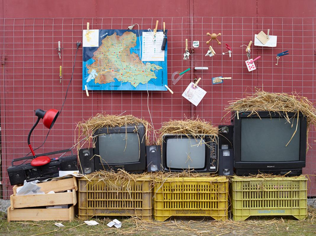 Πέτρος Ευσταθιάδης, Monitors, 2013, από τη σειρά «Prisons», από την ατομική έκθεση Αθέατα όρια / Αυτοσχέδιες κατασκευές. Με την ευγενική παραχώρηση του καλλιτέχνη και της γκαλερί CAN (Christina Androulidaki Gallery)