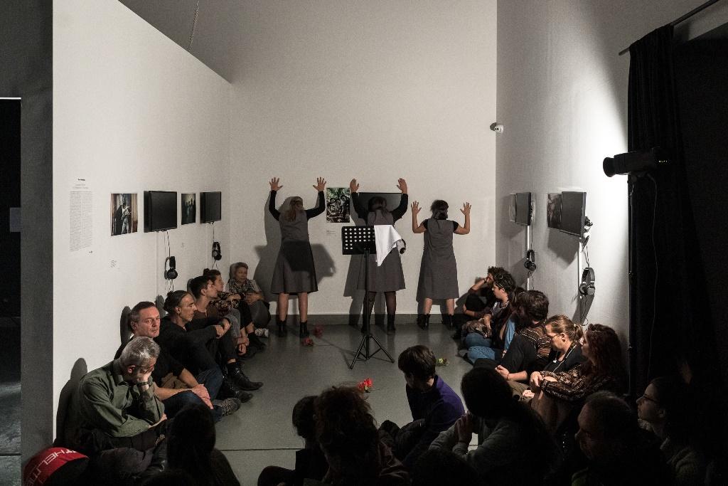 «Ο θρήνος των τοίχων» σε σκηνοθετική επιμέλεια Νίκου Καπέλιου. Ηθοποιοί: Χριστίνα Παπατριανταφύλλου, Θωμαή Ουζούνη, Άννη Τσολακίδου Ηχητικό περιβάλλον: Στέλιος Ντάρας  Με αφορμή το έργο  της Paula Luttringer «Τhe Wailing of the Walls» βασισμένο σε μονολόγους γυναικών και μαρτυρίες υπό συνθήκες κράτησης στην Αργεντινή. Μέσα από τη συγκλονιστική ματιά της Αργεντινής φωτογράφου Paula Luttringer και μαρτυρίες φυλακισμένων γυναικών, θα ταξιδέψουμε στην Αργεντινή στη δεκαετία του ΄70, όπου η στρατιωτική δικτατορία απήγαγε, βίασε και δολοφόνησε πάνω από 30.000 ανθρώπους σε περισσότερα από 520 Μυστικά Κέντρα Κράτησης. Ο Θρήνος των τοίχων: Μνήμη – Λέξεις. Γυναίκες που αρνούνται να σωπάσουν.
