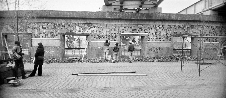 Φωτογραφία από την εγκατάσταση Ο Τοίχος της Μνήμης, 1999-σήμερα Συλλογή MOMus-Μουσείο Φωτογραφίας Θεσσαλονίκης